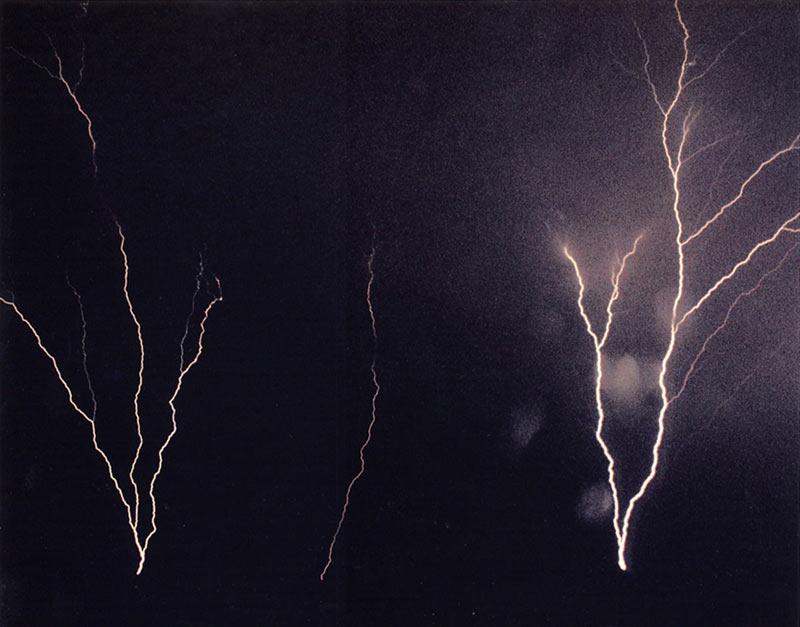 上向きの雷