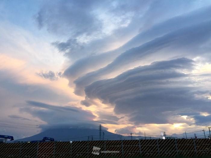 今朝は富士山に何重もの「吊るし...