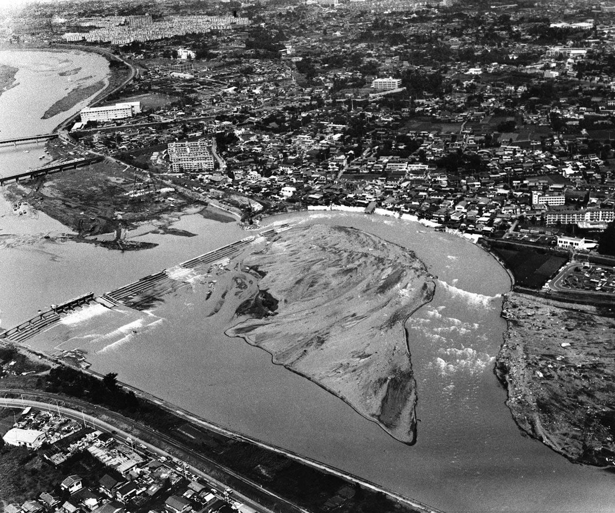 濁流は左岸の住宅地を大きく削り取った 写真:時事(東京消防庁提供)